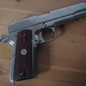 Babydoll WE Colt 1911 - Wooden grips with cherry medallion  (Sucker Punch)