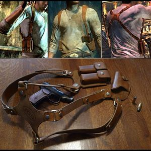 Uncharted 1 leather holster - comparison to in-game design.